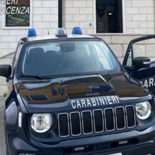 Brindisi davanti al bar. Un 38enne alticcio si ribella ai carabinieri e li offende: denunciato