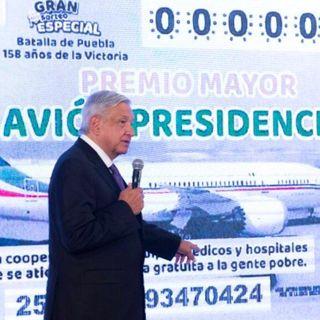 Presenta AMLO cachito de lotería para rifa de avión
