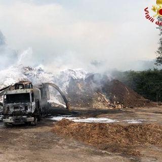 Incendio nel deposito esterno di legno in scaglie. Distrutto un autocarro industriale