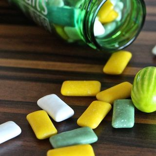 Riciclare le chewing gum è possibile: in Francia diventano ruote da skateboard