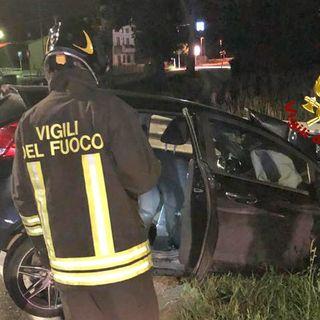 Coppia di giovani salta la rotonda con l'auto e si schianta sul guardrail