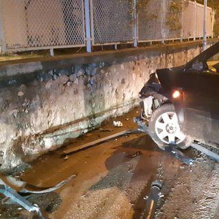Uscita di strada in centro: illeso guidatore ubriaco, divelta la ringhiera della pista pedonale