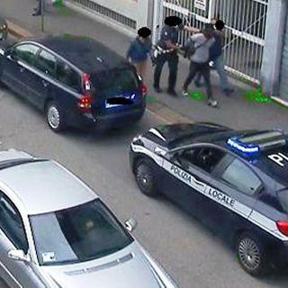 I cittadini applaudono all'arresto di un pusher: spray urticante per immobilizzarlo