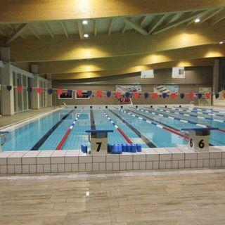 Batteri sopra il limite nell'acqua della piscina da 25 metri: divieto di balneazione