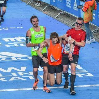 Porta all'arrivo l'atleta stremato: il gesto del vicentino Barnaba Barcellona fa il giro del web