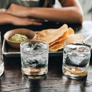 Bere Acqua ai Pasti è Sbagliato?