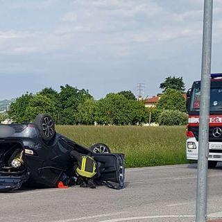 Auto in sorpasso piomba sui veicoli incolonnati e si capovolge: in tre in ospedale