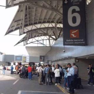 Manifestantes protestan en la terminal 1 del AICM