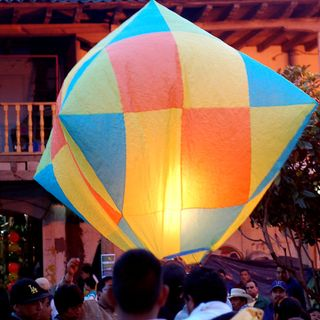 Los globos de Cantoya iluminan el cielo