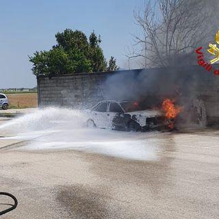 Auto in marcia prende fuoco. Salvo l'automobilista, che chiama i pompieri