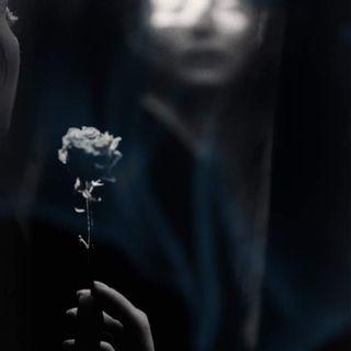 La bambina col fiore in mano