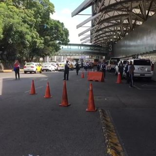 Taxistas bloquean Terminal 1 del AICM