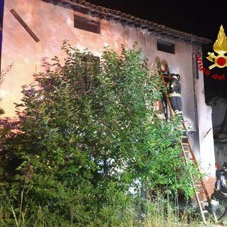 Casa da tempo disabitata va in fiamme nella notte. Forse un corto circuito la causa