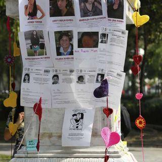 Mujeres tejen corazones por jóvenes asesinadas
