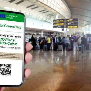 Covid, in Italia si discute sull'uso esteso del Green pass. Italiani bloccati a Dubai e in Grecia per focolai
