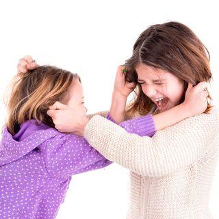 ¿Qué debo hacer si mis hijas pequeñas pelean hasta llegar a los golpes?