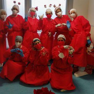 """Ospedale di Santorso, le infermiere in turno portano gioia ai pazienti con un pizzico di """"rosso Natale"""" FOTONOTIZIA"""