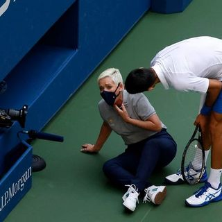 Colpo di scena agli Us Open: Djokovic colpisce giudice di linea e viene espulso