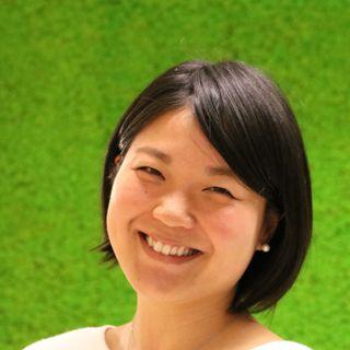 Jatko-opiskelija Megumi Iwata keskustelee Aipin kanssa STEAMista