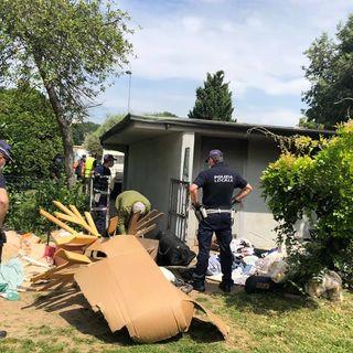 Parroco e polizia locale sgomberano una baracca abusiva nei presso della chiesa