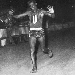 """Si può vincere una maratona scalzo? Agendo """"a modo mio"""", si... Abebe Bikila - Il Maratoneta scalzo"""