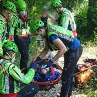 Perde il controllo della e-bike e ruzzola a terra: ciclista soccorso e portato in ospedale