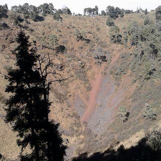 Rescatan a hombre que cayó a cráter del volcán Xitle