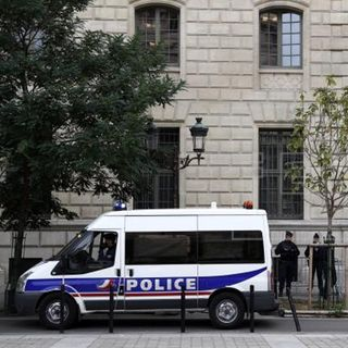 Cinco muertos en ataque a estación de policía en París