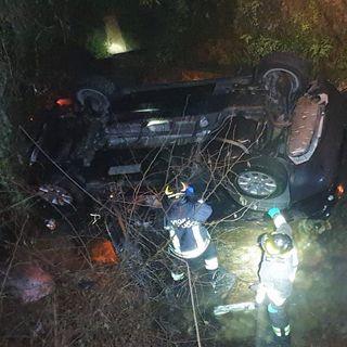 Auto vola per 4 metri giù nel torrente. Feriti tre giovani usciti malconci ma miracolati