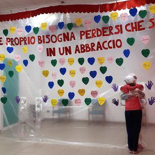 All'Ipab Bisognin pronta (e decorata di cuori) la parete dell'abbraccio. Visite ok da lunedì