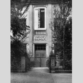 Staatliches Bauhaus in Weimar gegründet (im April 1919)