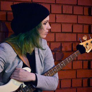 """"""" Ho fatto la cameriera, e lavori part-time, la sera suono come bassista,  Londra da' e toglie ... """" . La storia di Sara Fedi ."""
