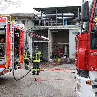 Incendio in una grande azienda: evacuato un reparto produttivo. Nessun operaio ferito