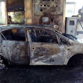 Auto a gas prende fuoco al casello Spv: guidatrice in salvo, auto distrutta, casello danneggiato