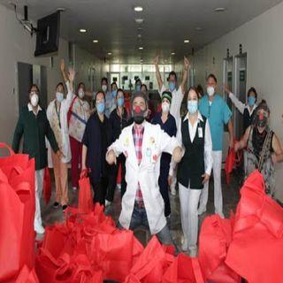 Regala personal del IMSS felicidad a pacientes Covid