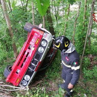 Bmw in gara al Rally Campagnolo finisce nella scarpata: illesi pilota e navigatore