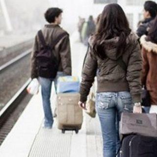 250mila giovani via dall'Italia: persi 16 miliardi di euro. Ma perche' vanno via?