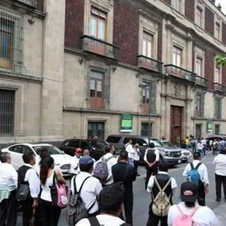 Protestan meseros en Palacio; amagan con impedir salida de empresarios