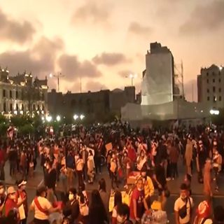 Renuncia Merino en medio de brutal represión en marcha que deja dos muertos en Perú