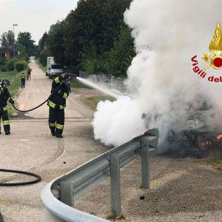 Auto prende fuoco sulla strada Priabonese. Salva la conducente, pompieri all'opera