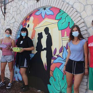 """Murales come tributo a Giulietta e Romeo. Quattro giovani writers """"colorano"""" la piazza"""