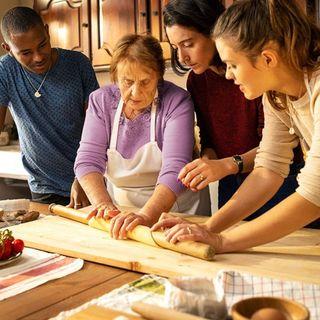 """La storia di """"Nonna Nerina"""" che insegna ai turisti da ogni parte del mondo come si cucina italiano!"""