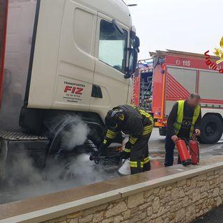 """Tir in avaria a causa di un incendio. Autista e pompieri """"armati"""" di estintori (VIDEO)"""