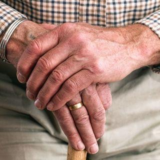 Sottraggono 350 mila euro a un anziano millantando problemi di salute: denunciati in tre