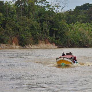 Mujer, río y canoa