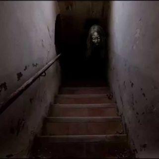 La niña en la escalera