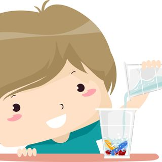 Montessori e bambini: i travasi