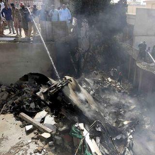 Avión cae con 107 personas en zona residencial