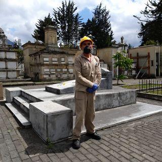"""""""Velones con alfileres, cabezas de ajos y mariachis"""": historias del sepulturero más antiguo de Bogotá"""