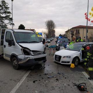 Violento schianto auto-furgone: due persone ferite